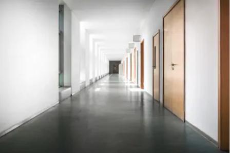Современный дизайн коридора в квартире и в частном доме